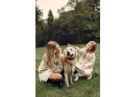 母亲和女儿在玩狗秋天公园的一家人宠物_11191021