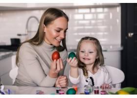 母亲和小女儿带着复活节彩蛋和复活节篮子在_8471453