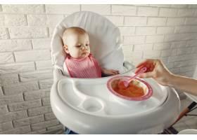 母亲在厨房里给她的小婴儿喂奶_7396997