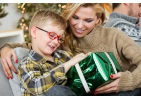 母亲带着她的儿子和一件绿色的大礼物_974981