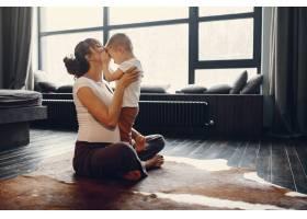 母亲带着年幼的儿子在家做瑜伽_4209516