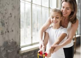 母亲教女儿如何使用跳绳_7334137