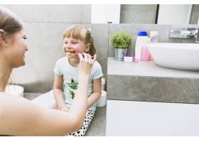 母亲给女儿刷牙_2323412