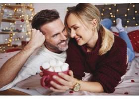 微笑的男人在圣诞节拥抱他的女朋友_11756985
