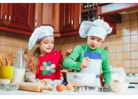 快乐的一家人有趣的孩子们在厨房里准备面团_7764761