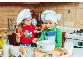 快乐的一家人有趣的孩子们在厨房里准备面团_7764762