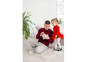 快乐的小女孩和爸爸一起享受甜蜜的时刻_12965940