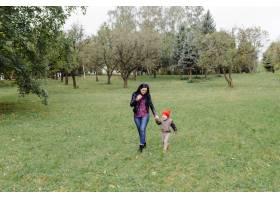 快乐的年轻母亲和她的女儿在公园里_11033784