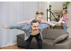 快乐的父亲张开双臂背着小女儿_3808525