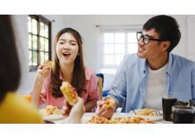 快乐的青年朋友小组在家里吃午饭亚洲家庭_10074924
