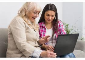快乐的高龄母女看着笔记本电脑_3776019