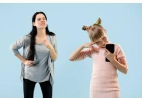 愤怒的母亲在家骂女儿_13057948
