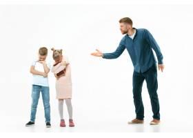愤怒的父亲在家里骂他的儿子和女儿_13057935