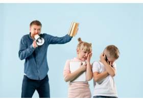 愤怒的父亲在家里骂他的儿子和女儿动情家_13343451