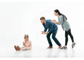 愤怒的父母在家责备女儿动情家庭的录音棚_13343440