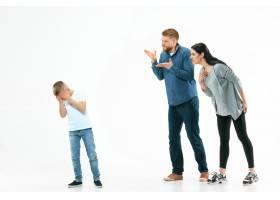 愤怒的父母在家骂儿子_13057928