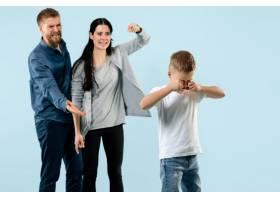 愤怒的父母在家骂儿子_13057939