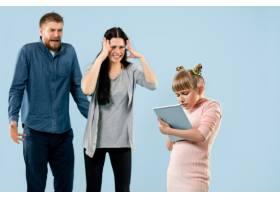 愤怒的父母在家骂女儿_13057942