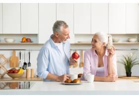 成熟的恩爱夫妇一家人站在厨房里_7340380
