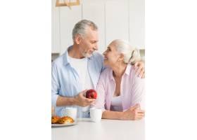 成熟的恩爱夫妇一家人站在厨房里_7340385