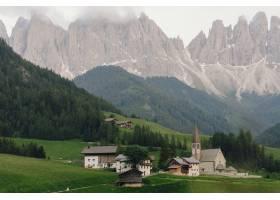 新娘和新郎手牵着手走到意大利白云石的某个_3342121