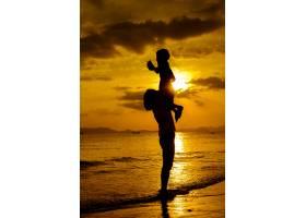 日落时分一对母子在户外带着复印空间_1285618