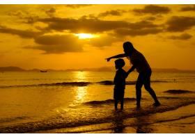 日落时分一对母子在户外带着复印空间_1285619