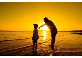 日落时分一对母子在户外带着复印空间_1287497