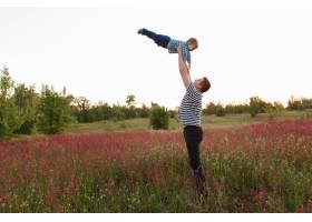 日落时分父子俩在春天的田野里玩耍人们_3339142