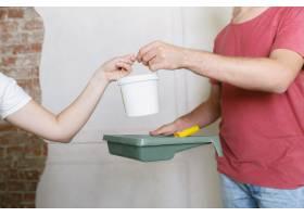 年轻夫妇自己一起做公寓修缮已婚男人和女_10708309