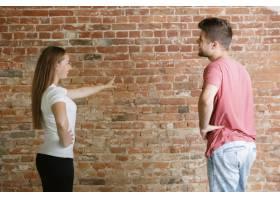 年轻夫妇自己一起做公寓修缮已婚男人和女_13341886