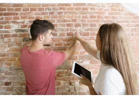 年轻夫妇自己一起做公寓修缮已婚男人和女_13457358