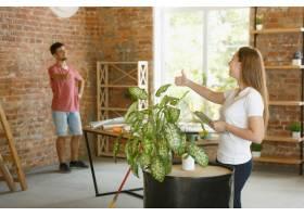 年轻夫妇自己一起做公寓修缮已婚男人和女_13457377