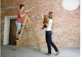 年轻夫妇自己一起做公寓修缮已婚男女正在_12701201