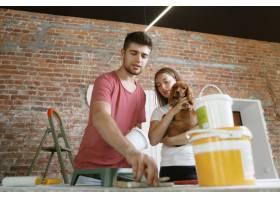 年轻夫妇自己一起做公寓修缮已婚男女正在_12701204