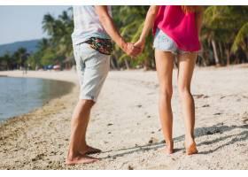 年轻漂亮的情侣走在泰国热带海滩手牵手_11083812