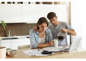 年轻男女在家中一起做文书工作的照片严肃_9438558