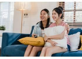 年轻的亚洲女同性恋LGBTQ女性情侣在家看电_5503770