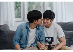 年轻的亚裔同性恋夫妇在家中有影响力的夫妇_6137009