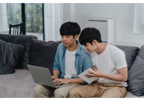 年轻的亚裔同性恋夫妇在现代家庭中使用笔记_6137012