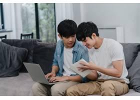 年轻的亚裔同性恋夫妇在现代家庭中使用笔记_6137015