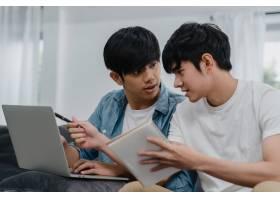 年轻的亚裔同性恋夫妇在现代家庭中使用笔记_6137016