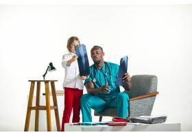 年轻的非洲男儿科医生向孩子解释x光_7401684