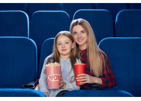 幸福的家庭在电影院共度时光的前景_8794264