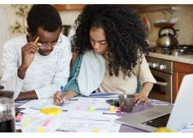 年轻自信的非洲家庭主妇留着非洲发型帮_9535267