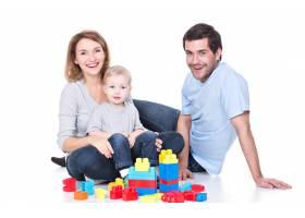 幸福微笑的年轻父母与婴儿玩耍的肖像孤立_11554637