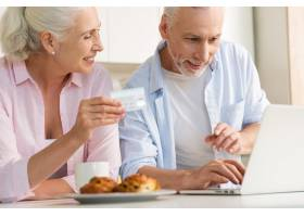 幸福成熟的情侣家庭使用笔记本电脑手持信_7340407