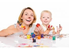 幸福的年轻母亲和孩子双手画在白色上与_10729992