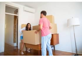 幸福的年轻西班牙夫妇搬进了新公寓搬着纸_11072641