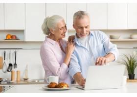 微笑的成熟恩爱夫妇家庭使用笔记本电脑_7340398